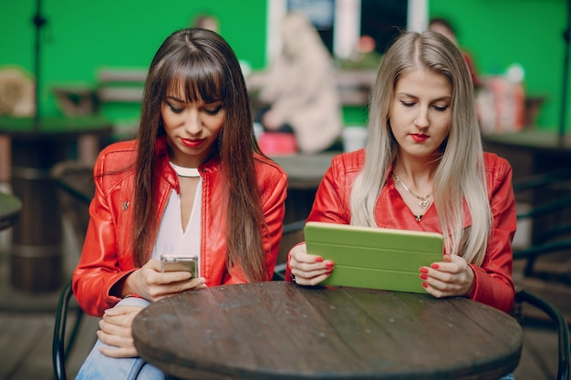 Женщины с планшета и смартфона