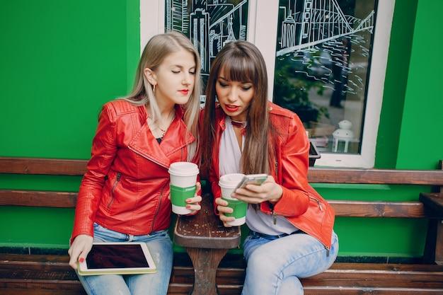Женщины смотрят мобильный