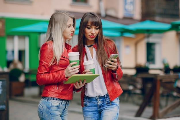 Женщины, глядя на мобильный телефон