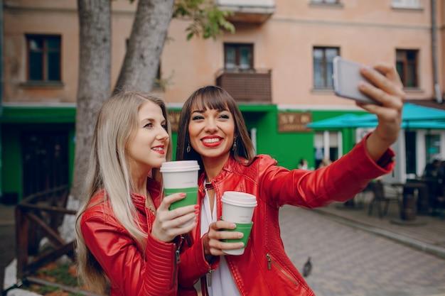 Женщины, принимающие фото