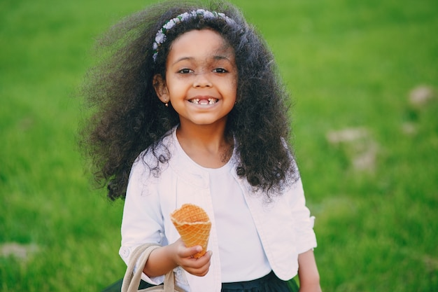 アイスクリーム入りの女の子