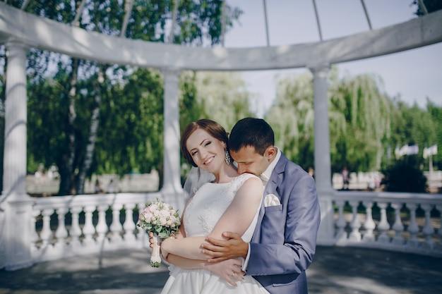 彼の花嫁の肩にキス新郎