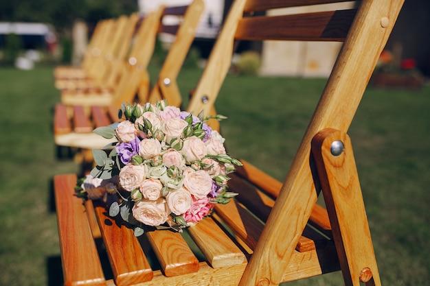Букет цветов на стуле