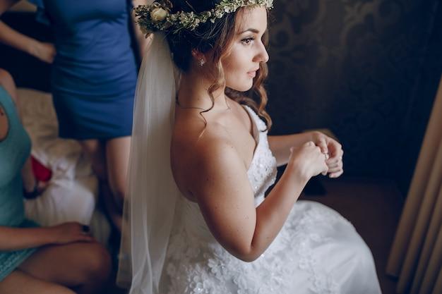 花の冠を持つ花嫁
