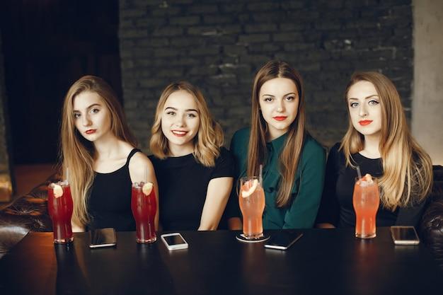 Девушки с коктейлями