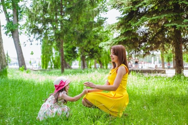 母彼女の小さな娘と一緒に遊ん