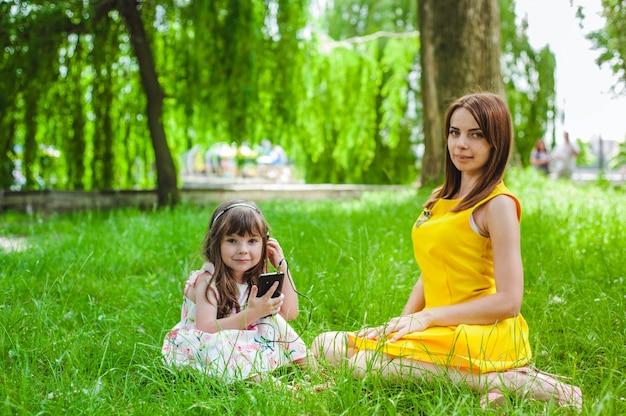 公園に座って母と娘