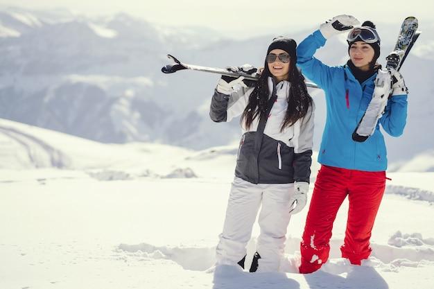 Девушки с лыжами