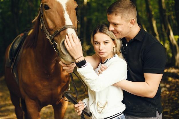 馬とカップル