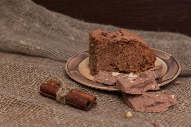 Свежие пирожные украшенные с апельсиновой коркой на деревянной доске, место для текста. вкусный шоколадный пирог