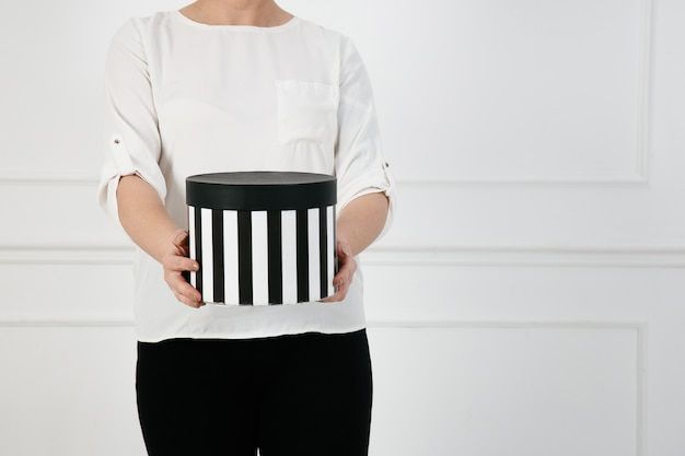 Время подарочной коробки в руках девушки