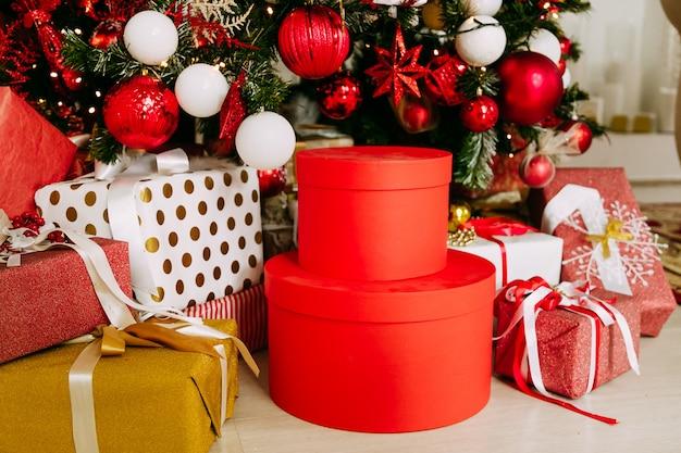 美しいクリスマスツリーの下のカラフルなギフトとプレゼント