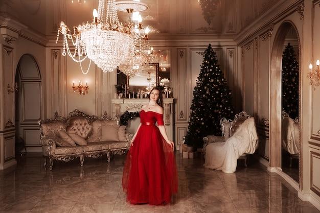 クリスマスパーティーシーン、ゴージャスな赤いドレスの女性、ファッショナブルなコンセプト