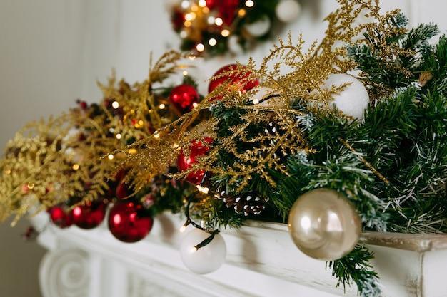クリスマスの装飾が付いている暖炉