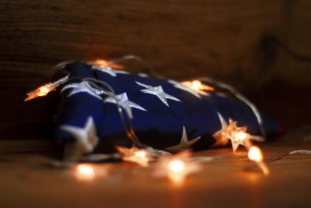 Американский флаг с гирляндой на день памяти