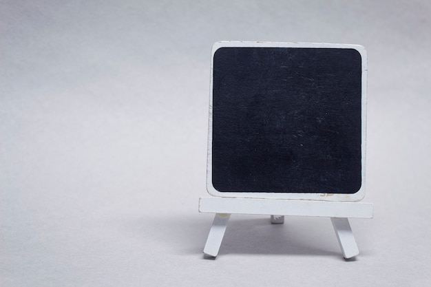 碑文の木材で作られたモックアップ黒チョークボード。