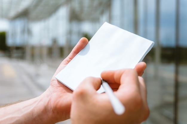 男の手でノート