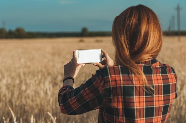 女の子の手の中にスマートフォン