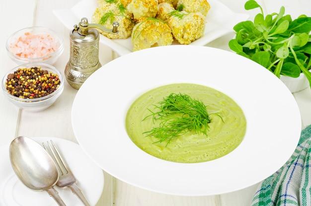 緑の野菜のクリームスープと白いプレート、健康的なダイエット料理。
