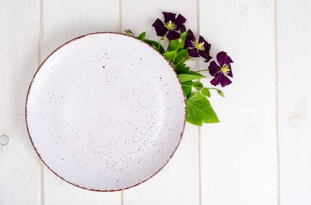 紫色の花とプレート、メニューのために模擬。