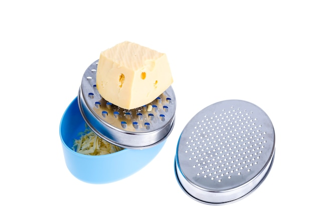 白い背景に分離された金属チーズおろし金とコンテナー