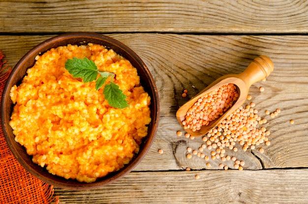 ベジタリアン料理、カボチャとレンズ豆のお粥。