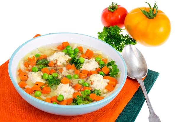 Куриный бульон с овощами, макаронами и фрикадельками.