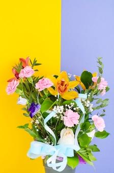 明るい背景に花の花束。