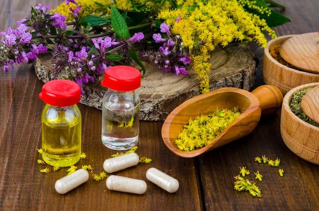 薬用植物からの丸薬と油。写真