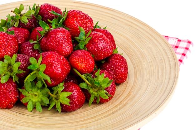 Спелый сладкий фермер красная клубника на деревянной тарелке