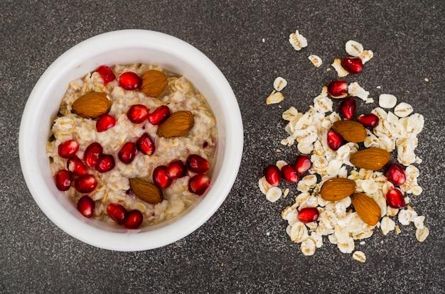 健康的な食事、朝食。ザクロとナッツのオートミール、ブラックコーヒー。
