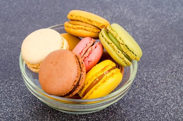 Разноцветные миндальные французские миндальные печенья.