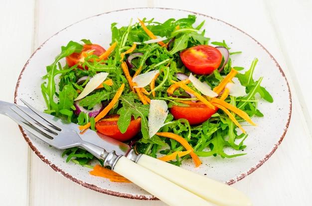 Легкий овощной салат. концепция потери веса