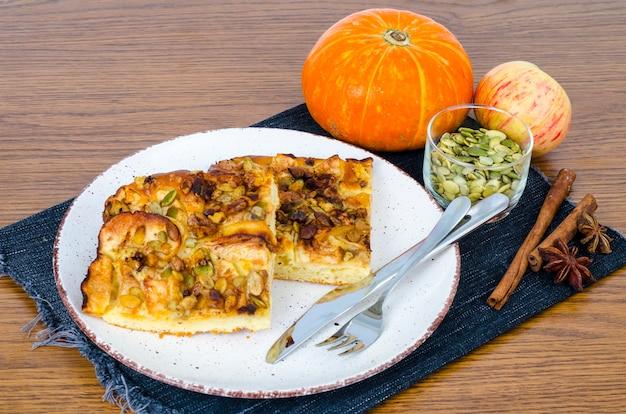 リンゴとカボチャと自家製の甘いパイのスライス