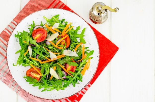 Салат с рукколой, помидорами и морковью