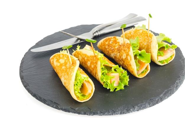 Блинные рулетики с рыбой и салатом