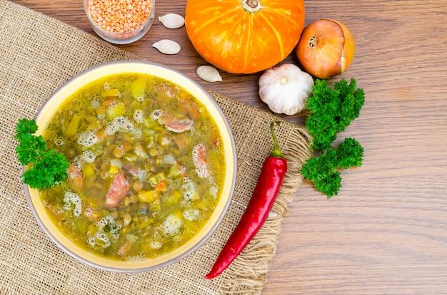 カボチャ、レンズ豆、ソーセージのスープ。