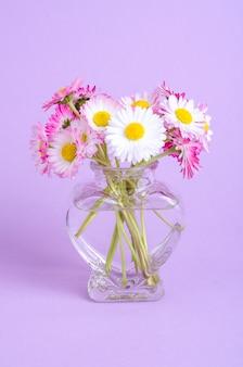 柔らかいヒナギクのカラフルな小さな花束。