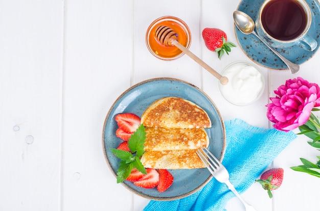 グルメ朝食。新鮮なイチゴとおいしい甘い揚げパンケーキ。