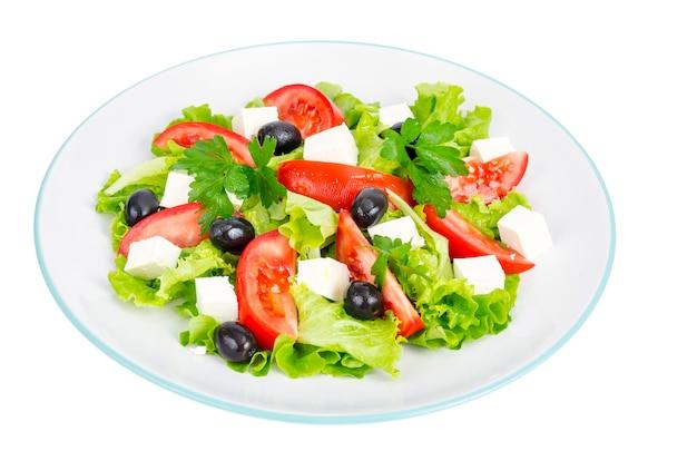 Здоровый образ жизни. овощной диетический салат с оливками и козьим сыром на белом