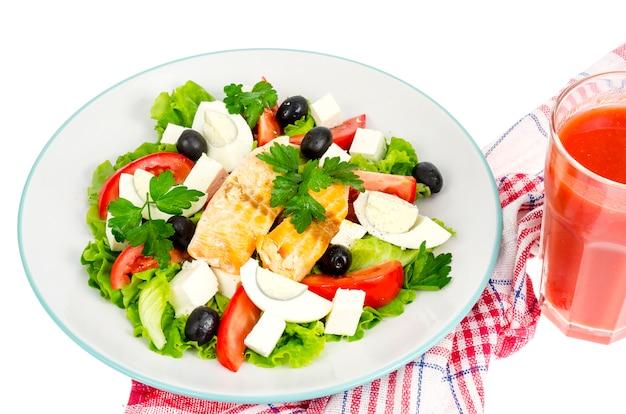Салат, яйцо, рыба, сок. здоровое питание.