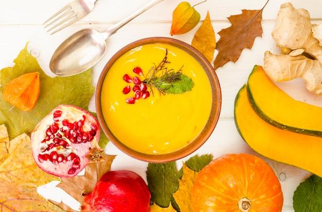 Острый крем-суп из тыквы с морковью и гранатом.