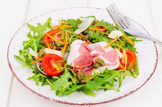 ルッコラ、ハモン、ルッコラ、トマト、パルメザンチーズと新鮮な自家製サラダ。