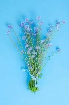 青の繊細なワスレナグサの小さな花束