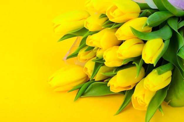 Букет из свежих желтых тюльпанов