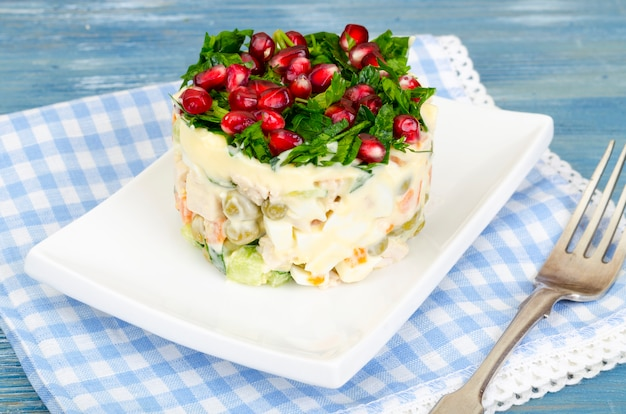 Салат подается с зеленью и зернами граната
