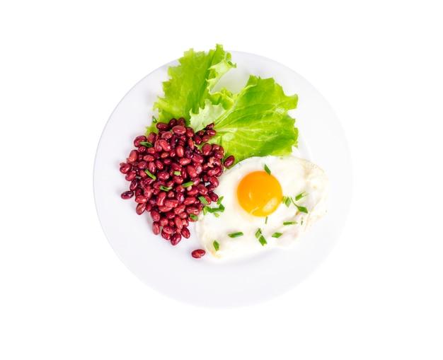 赤豆、レタス、目玉焼きの朝食。