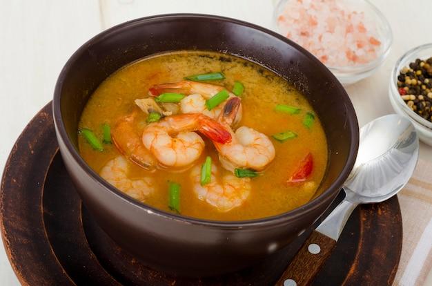Острый тайский суп с креветками