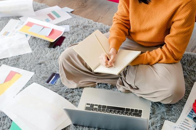 自宅で勉強している学生