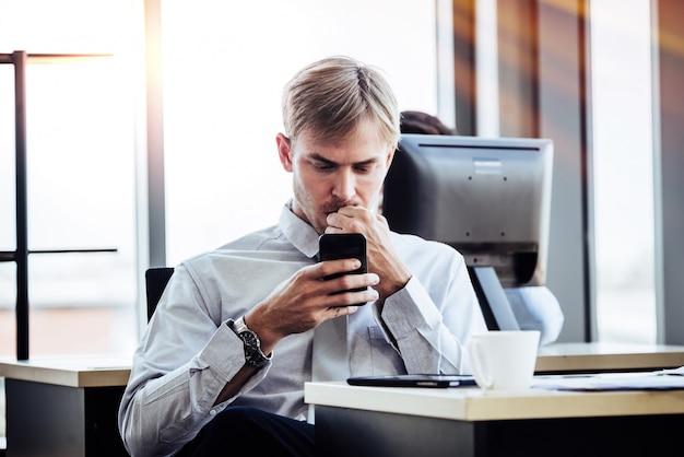 小さなオフィスで働くビジネスマン